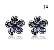 Lureme®Vintage Hollow-out Flower Pattern Earrings (Random Colors)