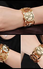 Dames Modieus horloge Kwarts Kalender / Waterbestendig / Hol Gegraveerd Legering Band Polshorloge / armband Zwart / Goud / Goud Rose